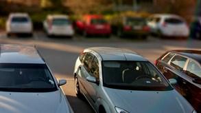 En parkeringsplats med flera bilar